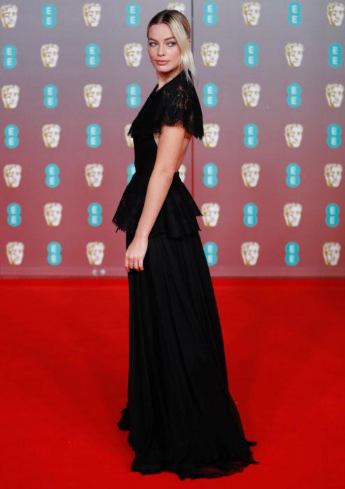 Mejores looks de la alfombra roja de los premios BAFTA 2020; Margot Robbie, vestido negro Chanel