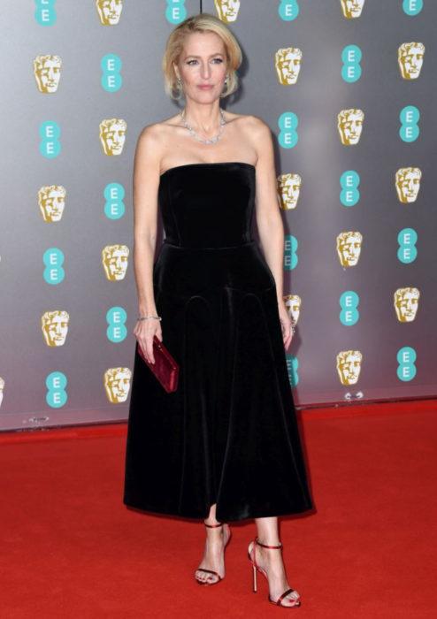 Mejores looks de la alfombra roja de los premios BAFTA 2020; Gillian Anderson, vestido negro Camina & Marc