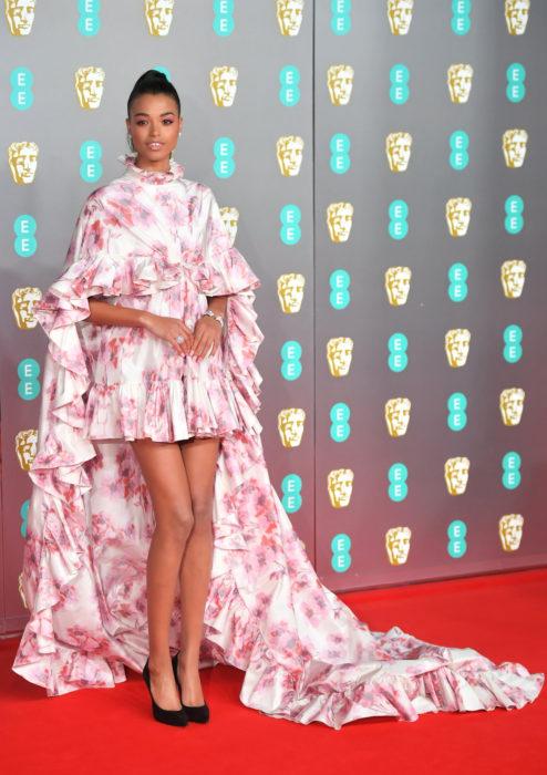 Mejores looks de la alfombra roja de los premios BAFTA 2020; Ella Balinska, vestido blanco con flores rosas de Giambattista Valli