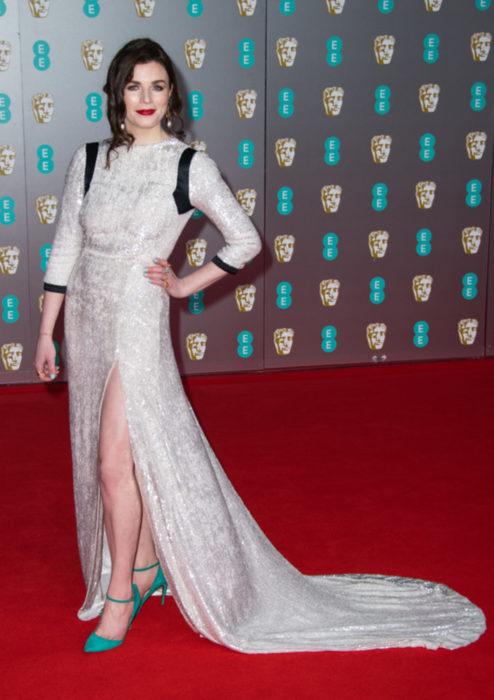Mejores looks de la alfombra roja de los premios BAFTA 2020; Aisling Bea, vestido blanco con negro