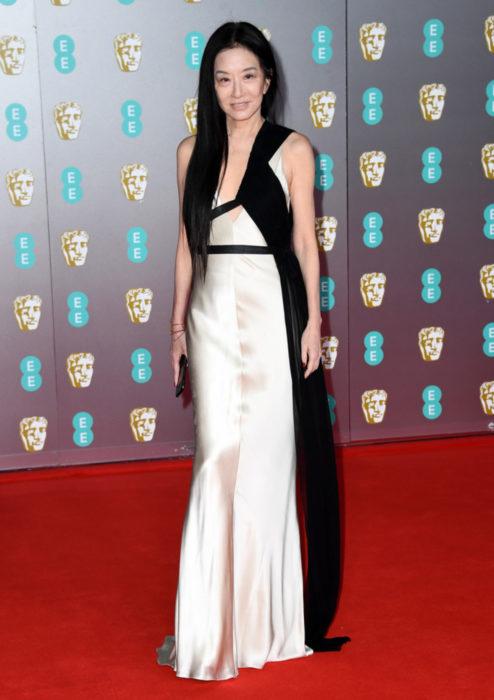 Mejores looks de la alfombra roja de los premios BAFTA 2020; Vera Wang con vestido color marfil con negro