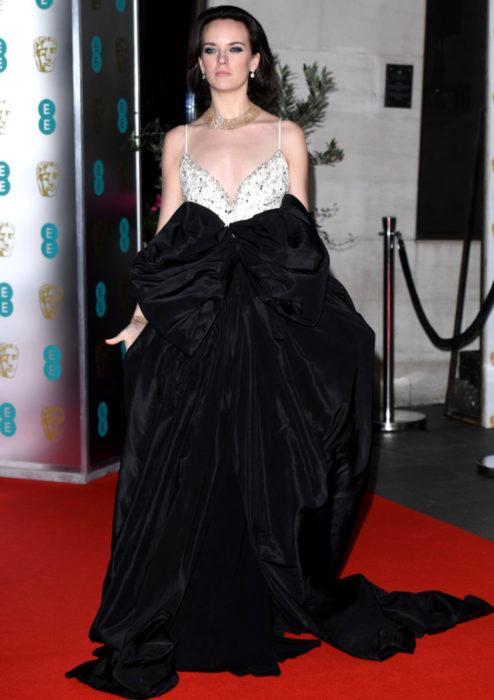 Mejores looks de la alfombra roja de los premios BAFTA 2020; Charlotte Carroll con vestido negro con blanco
