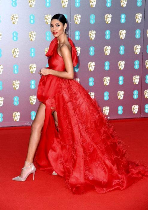 Mejores looks de la alfombra roja de los premios BAFTA 2020; Vick Hope con vestido rojo, Tran Hung