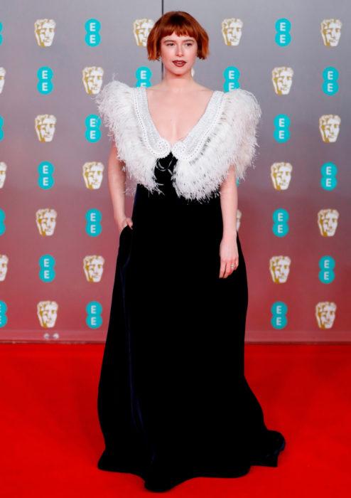 Mejores looks de la alfombra roja de los premios BAFTA 2020; Jessie Buckley con vestido negro con plumas que parecen alas de Miu Miu