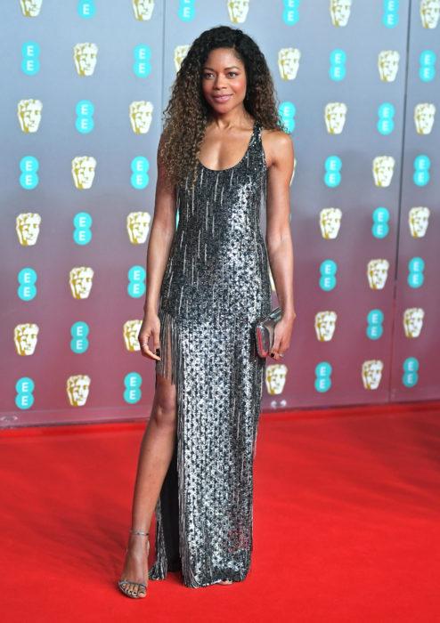 Mejores looks de la alfombra roja de los premios BAFTA 2020; Naomie Harris con vestido plateado de Michael Kors