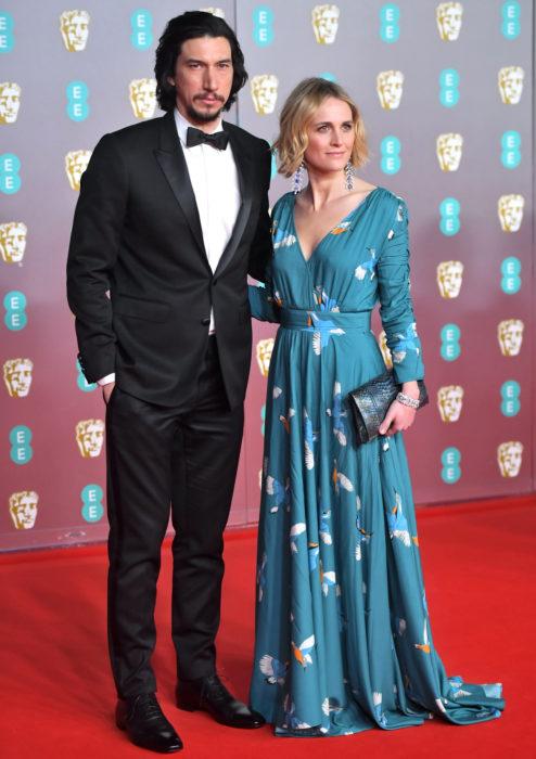 Mejores looks de la alfombra roja de los premios BAFTA 2020; Adam Driver y Joanne Tucker con vestido azul de flores