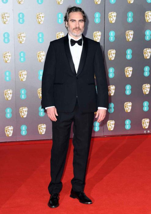 Mejores looks de la alfombra roja de los premios BAFTA 2020; Joaquin Phoenix con traje