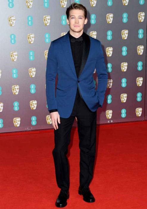 Mejores looks de la alfombra roja de los premios BAFTA 2020; Joe Alwyn con traje azul