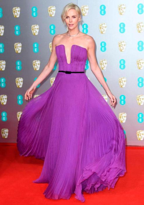 Mejores looks de la alfombra roja de los premios BAFTA 2020; Charlize Theron, vestido morado Dior