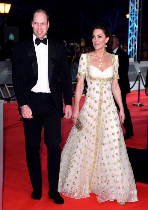 Mejores looks de la alfombra roja de los premios BAFTA 2020; Príncipe Harry y Kate Middleton, vestido marfil Alexander McQueen