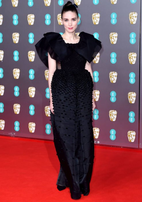 Mejores looks de la alfombra roja de los premios BAFTA 2020; Rooney Mara, vestido negro Givenchy