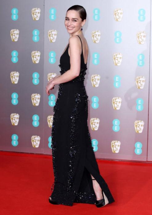 Mejores looks de la alfombra roja de los premios BAFTA 2020; Emilia Clarke, vestido negro Schiaparelli