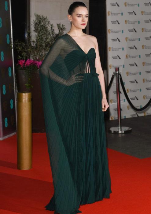 Mejores looks de la alfombra roja de los premios BAFTA 2020; Daisy Ridley, vestido verde Oscar de la Renta