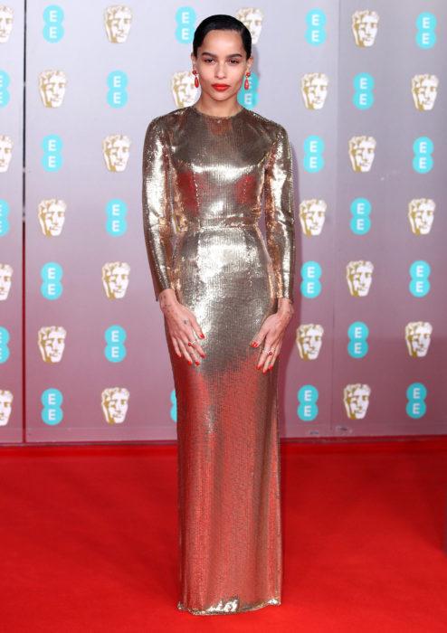 Mejores looks de la alfombra roja de los premios BAFTA 2020; Zoe Kravitz, vestido dorado Saint Laurent