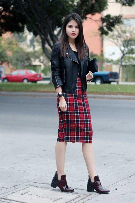 Chica usando una falda de corte lápiz en color rojo con negro