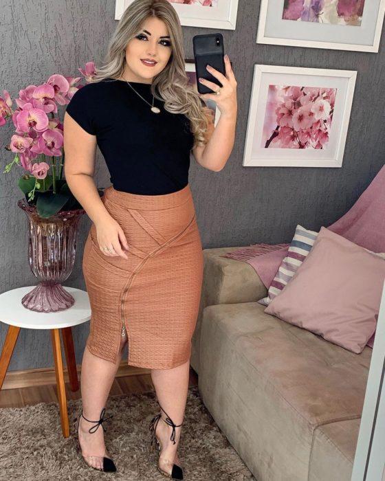 Chica usando una falda de corte lápiz de color café