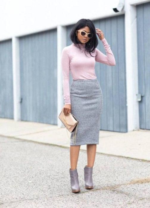 Chica usando una falda de corte lápiz de color gris
