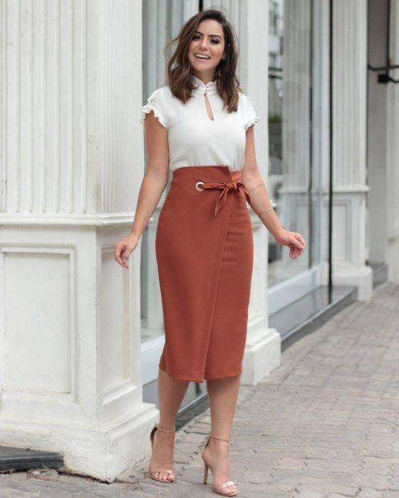 Chica usando una falda de corte lápiz salmón