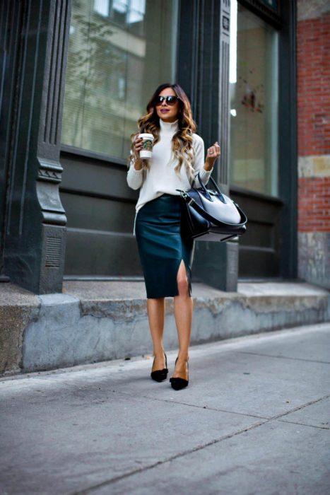 Chica usando una falda de corte lápiz de vinil en color negro