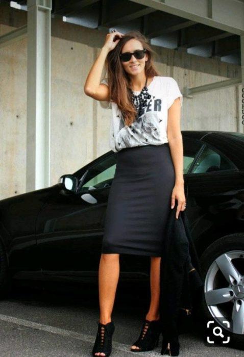 Chica usando una falda de corte lápiz en color negro