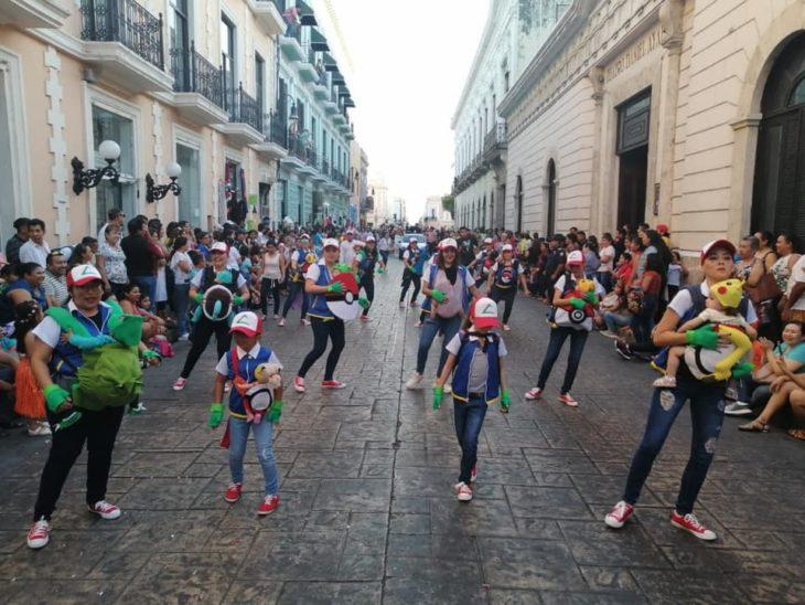 Mamás disfrazadas de personajes Pokemón desfilando en Carnaval de Mérida, México