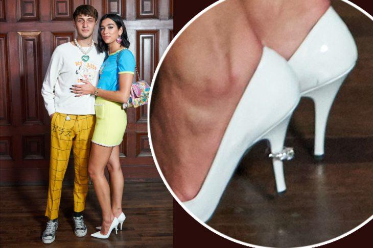 Dua Lipa y Anwar Hadid modelando zapatos de compromiso Marc Jacobs
