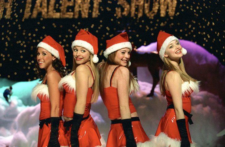 Escena de Mean girls en festival de navidad donde hacen su presentación de baile