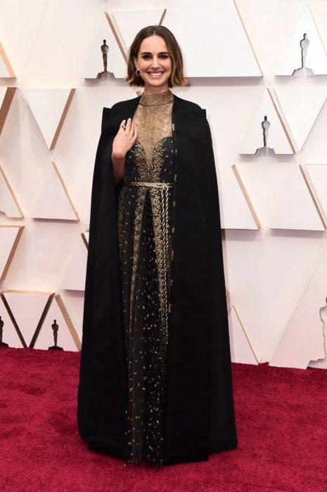 Natalie Portman posando para las fotos de la alfombra roja Óscar 2020
