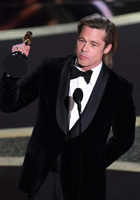 Brad Pitt levantando la estatuilla de su premio Óscar 2020