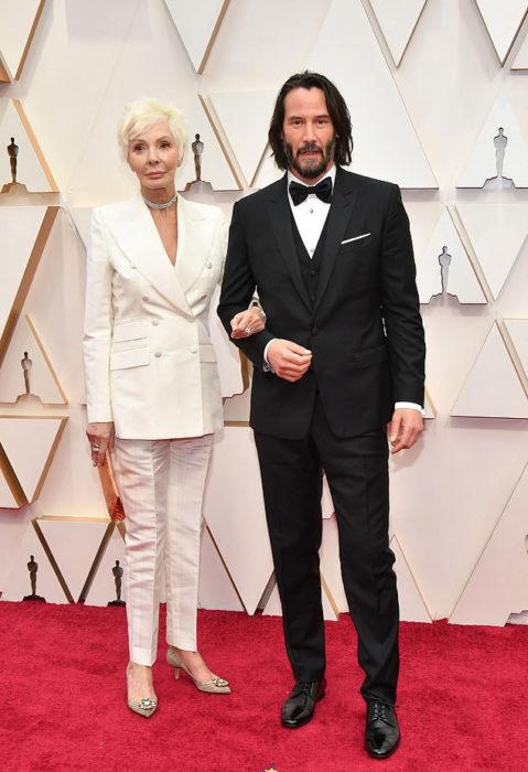 Keanu Reeves del brazo de su madre en la alfombra roja de los Óscar 2020