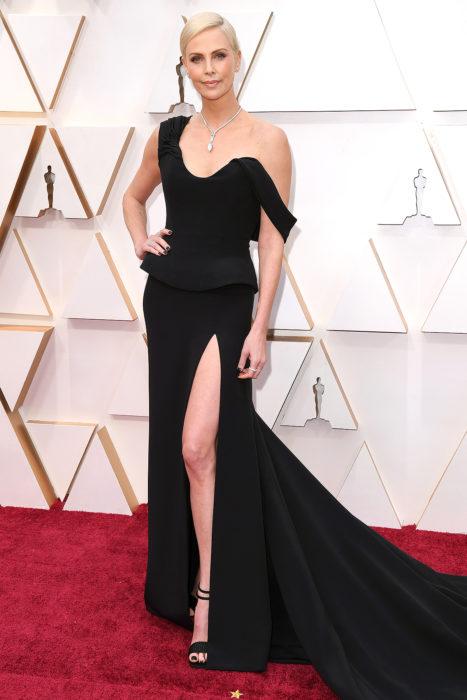 Charlize Theron en la alfombra roja de los óscar 2020 con un vestido negro de Dior