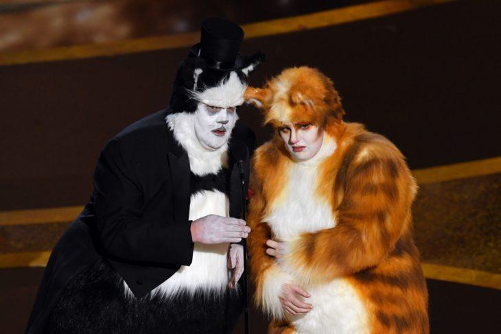 James Corden y Rebel Wilson vestidos como sus personajes de Cats
