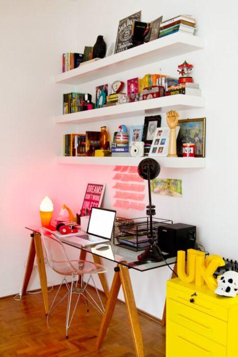 Escritorio con mesa de crista, repisas blancas y mesa amarilla