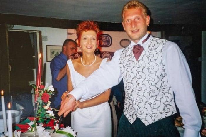 Mike y Liz en el día de su boda partiendo el pastel