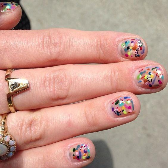 Manicura en uñas cortas con diseño de puntos a colores