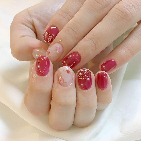 Maniucra en uñas cortas efecto gelatina en tono rojo