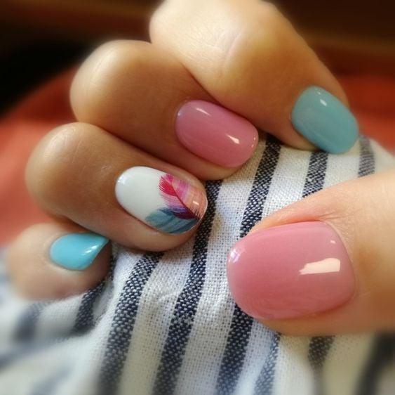Manicura en uñas cortas en colores pastel y diseño floral