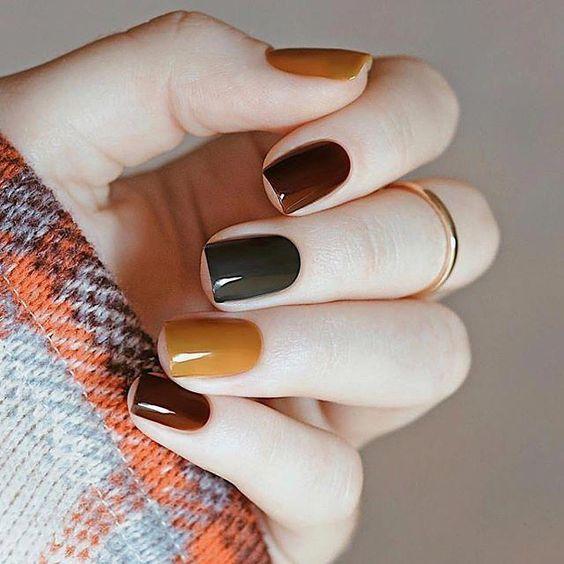 Manicura en uñas cortas con tonos secos inspirados en el otoño