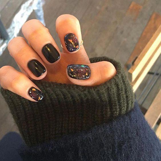 Manicura en uñas cortas con diseño inspirado en el espacio