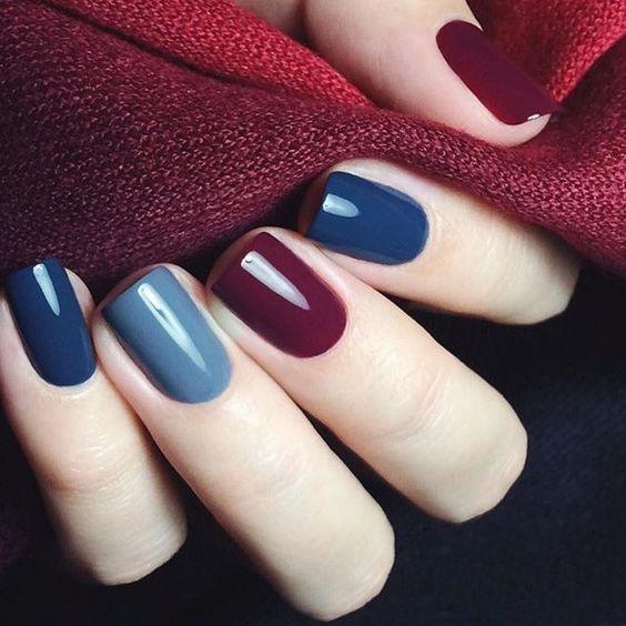 Manicura en color azul cielo, marino y grisaseo con toques en vino