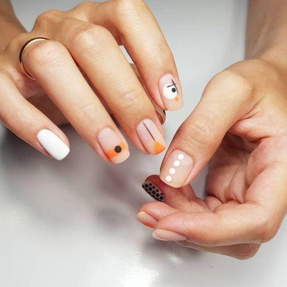 Manicura en tono piel efecto mate con diseño de tonos mostaza