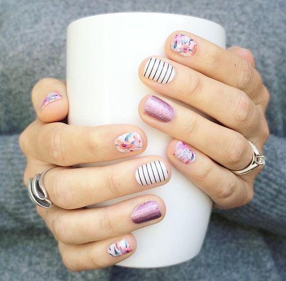 Manicura en uñas cortas con diseños de lineas y puntos negros