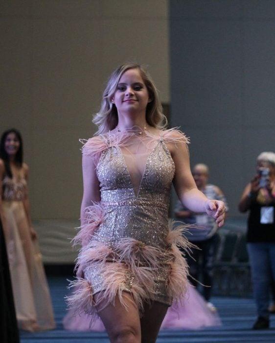 Modelo con síndrome de down, Sofía Jiray, caminando por una pasarela
