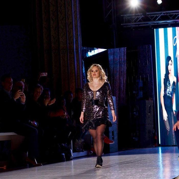 Modelo con sindrome de down, Sofía Jiray, caminando por una pasarela en la semana de la moda en Nueva York