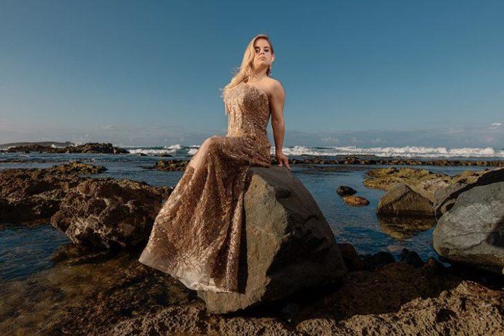 Modelo con sindrome de down, Sofía Jiray, posando para una sesión de fotos en la playa