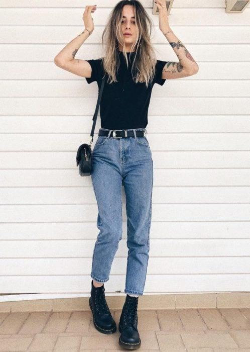 Mom jeans, botines blusa negra básica,