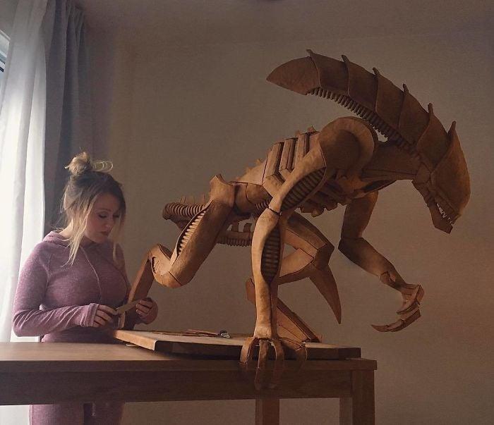 Chica esculpiendo una figura enorme con pan de gengibre