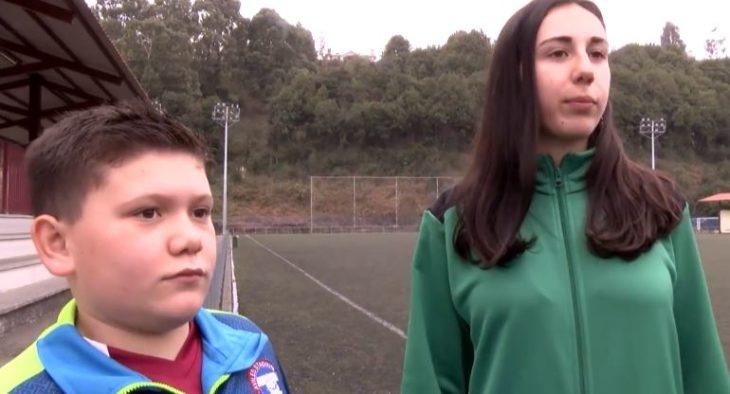 Niño y niña en una chande fútbol siendo entrevistados