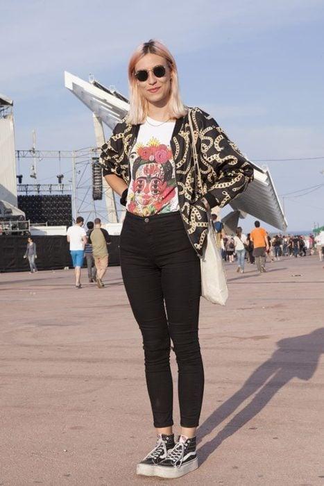Jeans negros, vans, blusa blanca básica y chaqueta con estampado