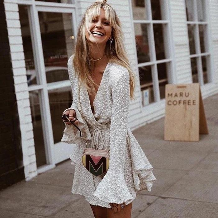 Chica llevando vestido estilo wrap con tela de lana en tono blanco